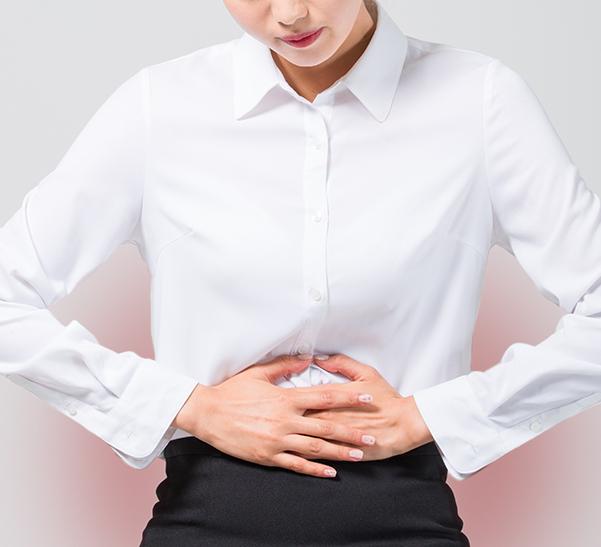 통증에 고통스러워하는 여성