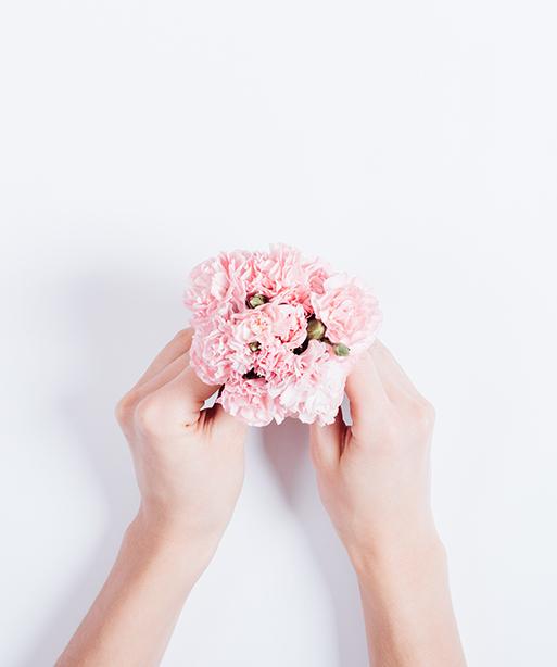 꽃을 든 손 이미지