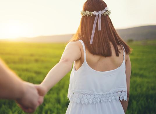손잡고 산책하는 사진