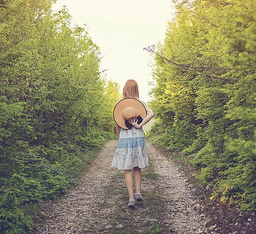 걸어가는 소녀의 뒷모습